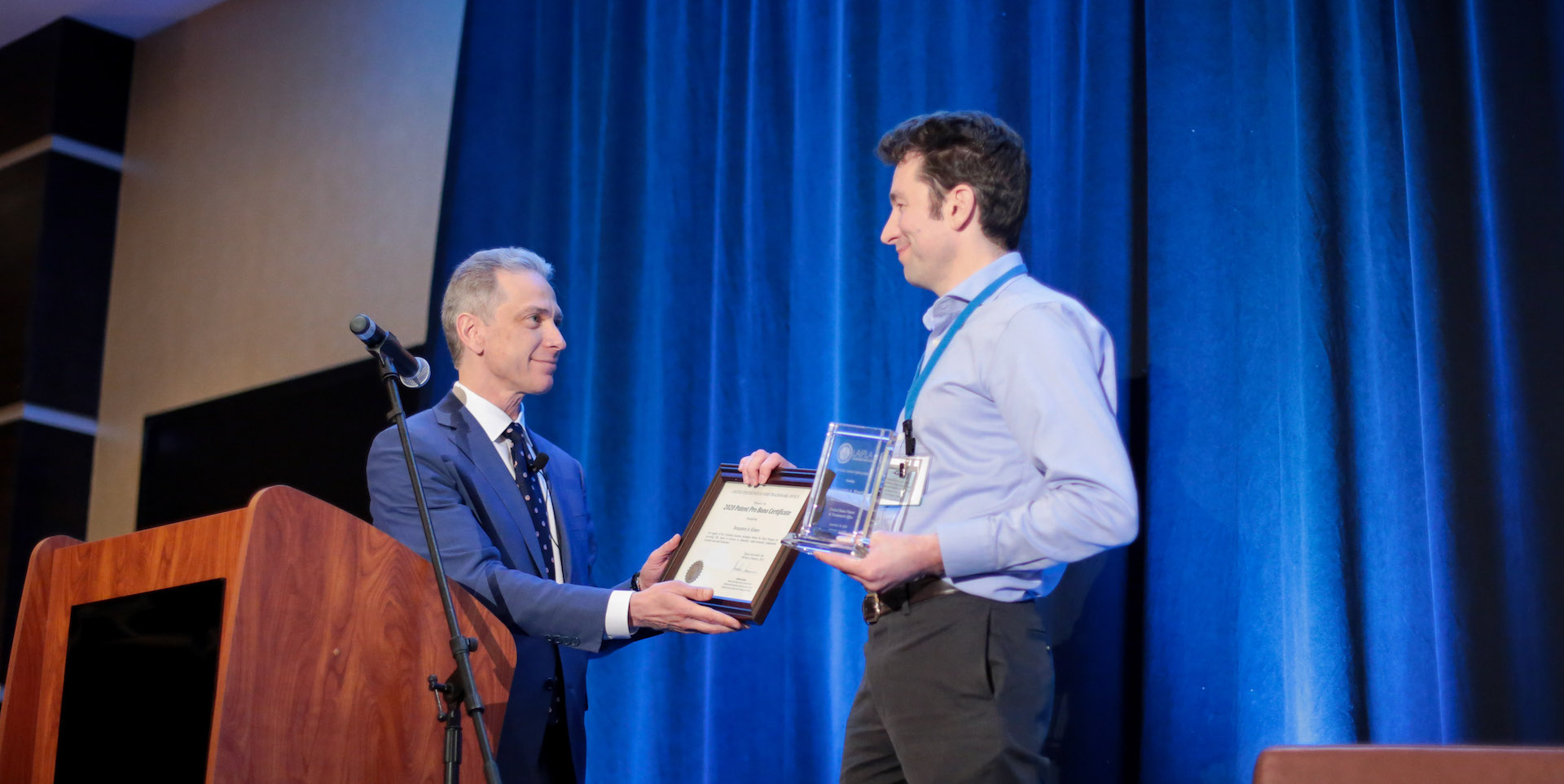 USPTO's Andrei Iancu presents an award at LAIPLA's Washington in the West, 2020